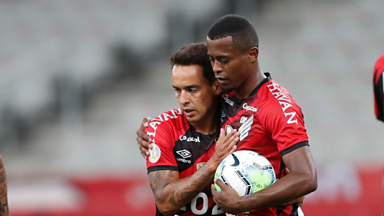 Jadson teve sua estreia muito celebrada pelos companheiros, que o abraçaram após o jogo.