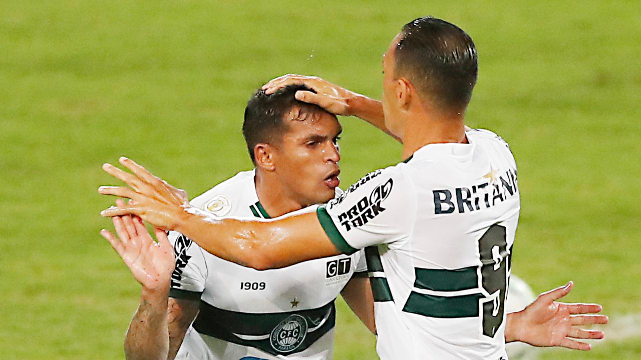 """Ricardo Oliveira """"abençoa"""" Robson em pleno gramado: Coxa chega no Atletiba pressionado psicologicamente. Foto: Albari Rosa/Foto Digital/UmDois"""