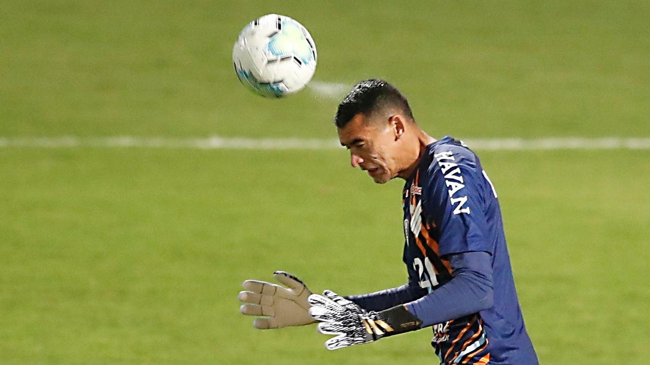 Goleiro Santos cabeceia bola durante o último Atletiba. Foto: Albari Rosa/Foto Digital/UmDois
