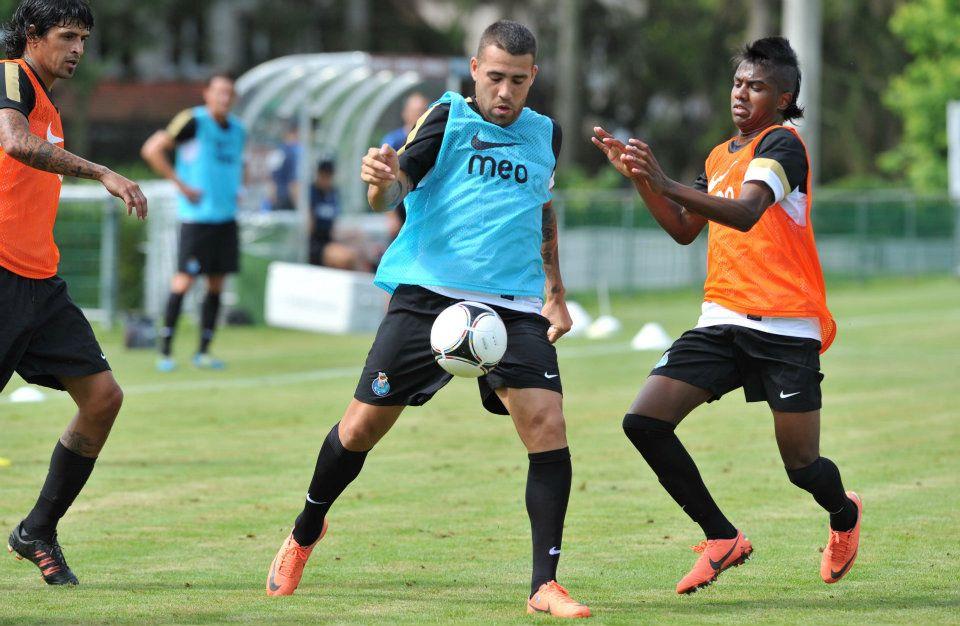 Lucho, à esquerda, e Kelvin, à direita, parceiros no Porto. Crédito: FC Porto.