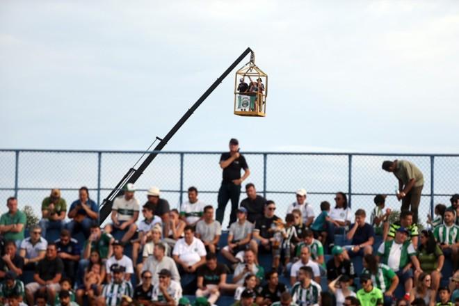 Em 2019, torcedores recorreram a guindaste para ver o jogo. Foto: Albari Rosa/Arquivo/Gazeta do Povo