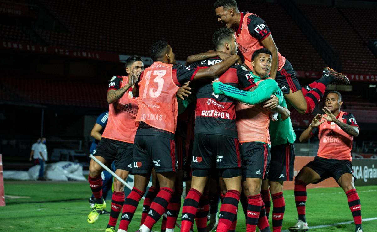 Jogadores do Flamengo se abraçam para comemorar gol no jogo em que foi campeão