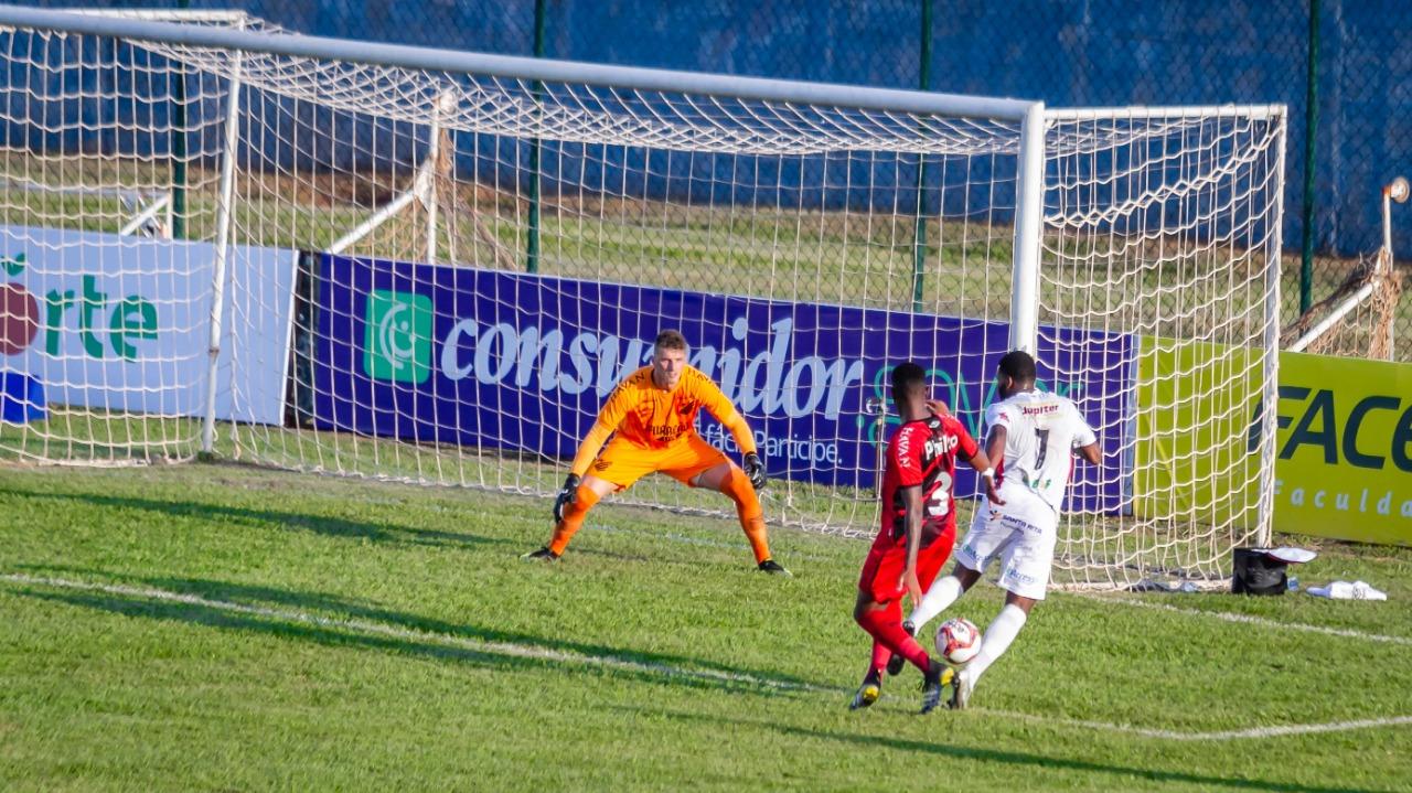 Bento até fez boa partida, mas falhou decisivamente no gol. Foto: Fernando Teramatsu/Foto Digital/UmDois