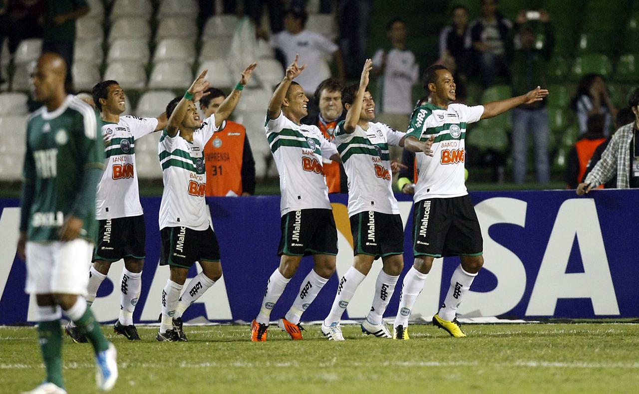 Jogadores do Coritiba comemoram a vitória sobre o Palmeiras, no jogo do recorde