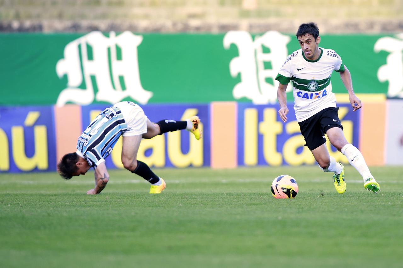 Robinho em jogo do Coritiba contra o Grêmio em 2013