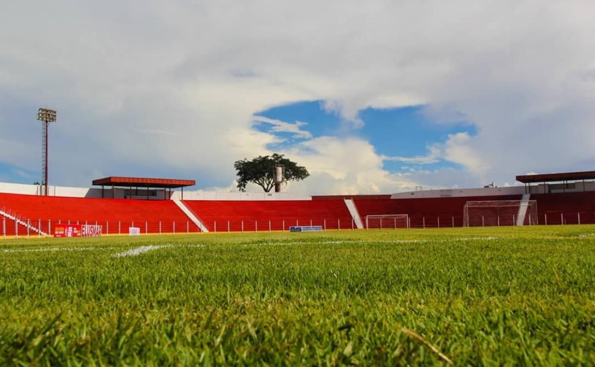 Imagem das arquibancadas do estádio Engenheiro Luthero Lopes
