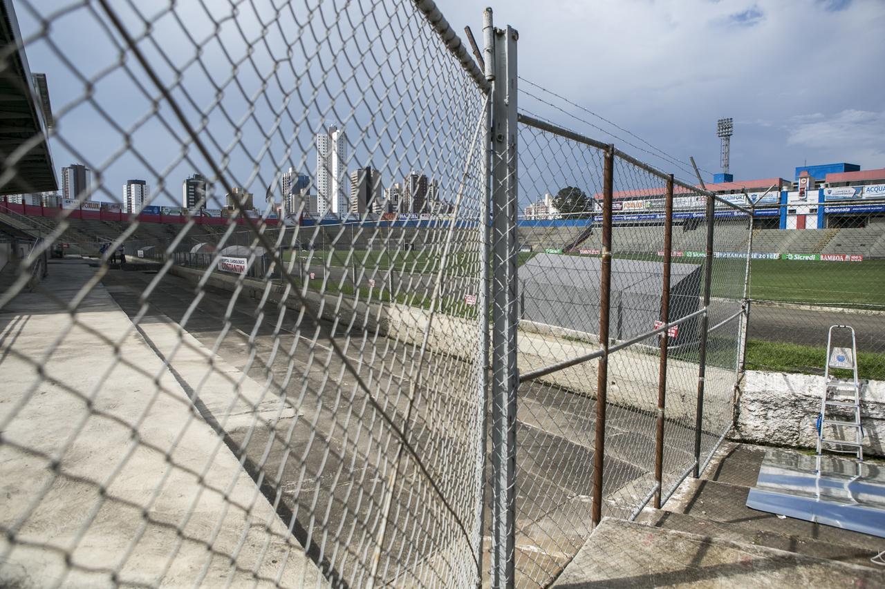 Portões fechados Vila Capanema