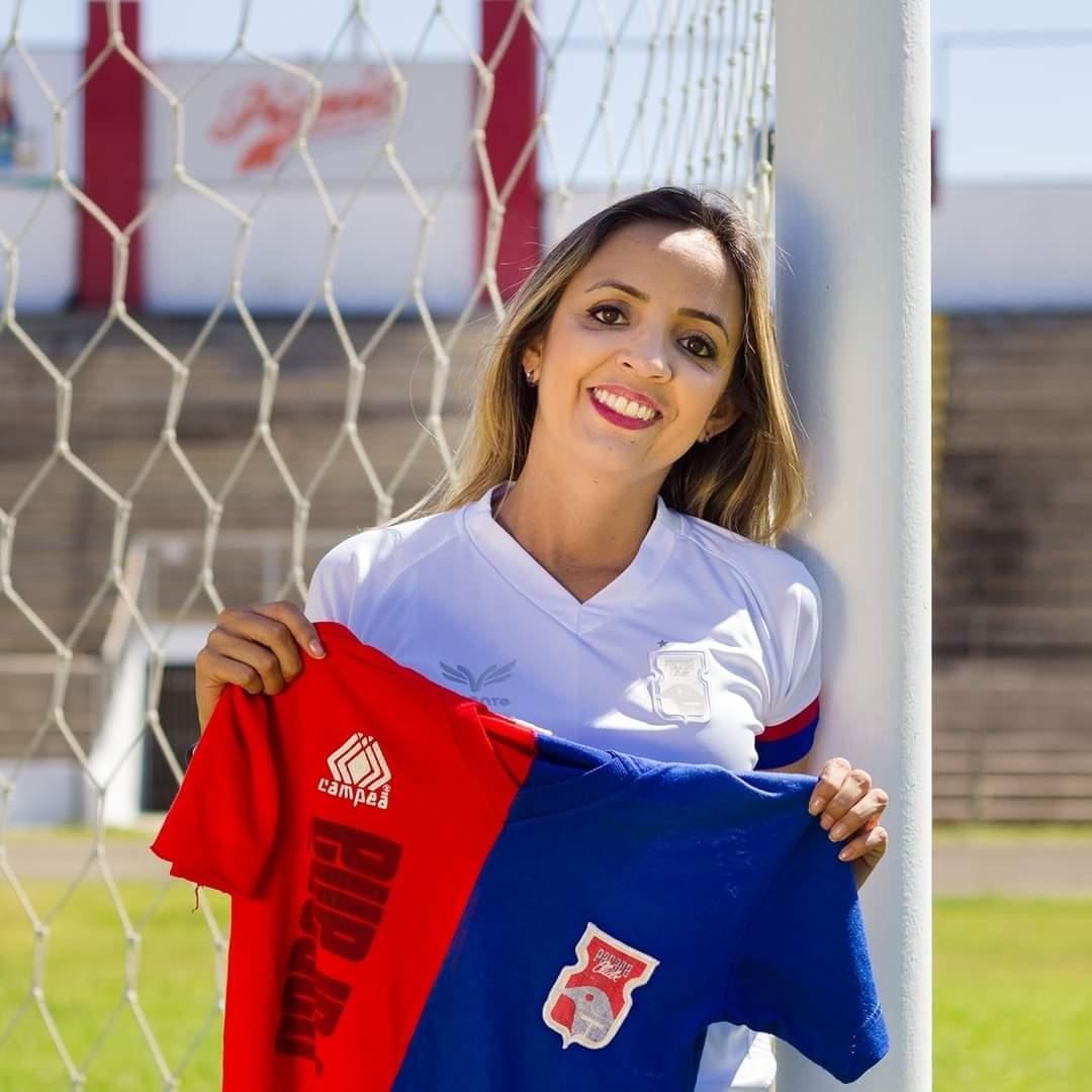 """""""Ir ao estádio é uma sensação insubstituível para mim"""", dizCarolina Borges, torcedora do Paraná"""