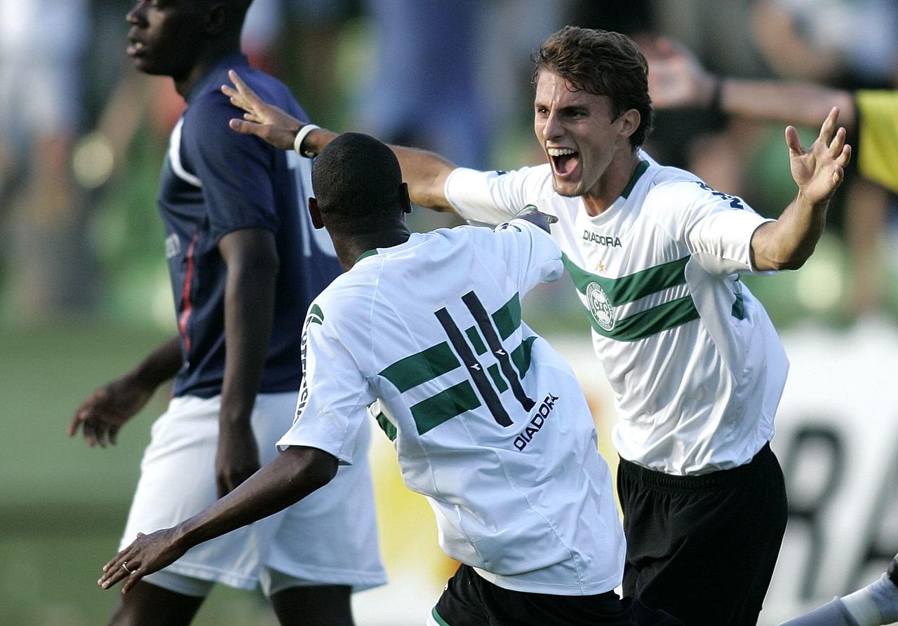Henrique em ação pelo Coxa, em 2006. Foto: Rodolfo Buhrer/Arquivo/Gazeta do Povo