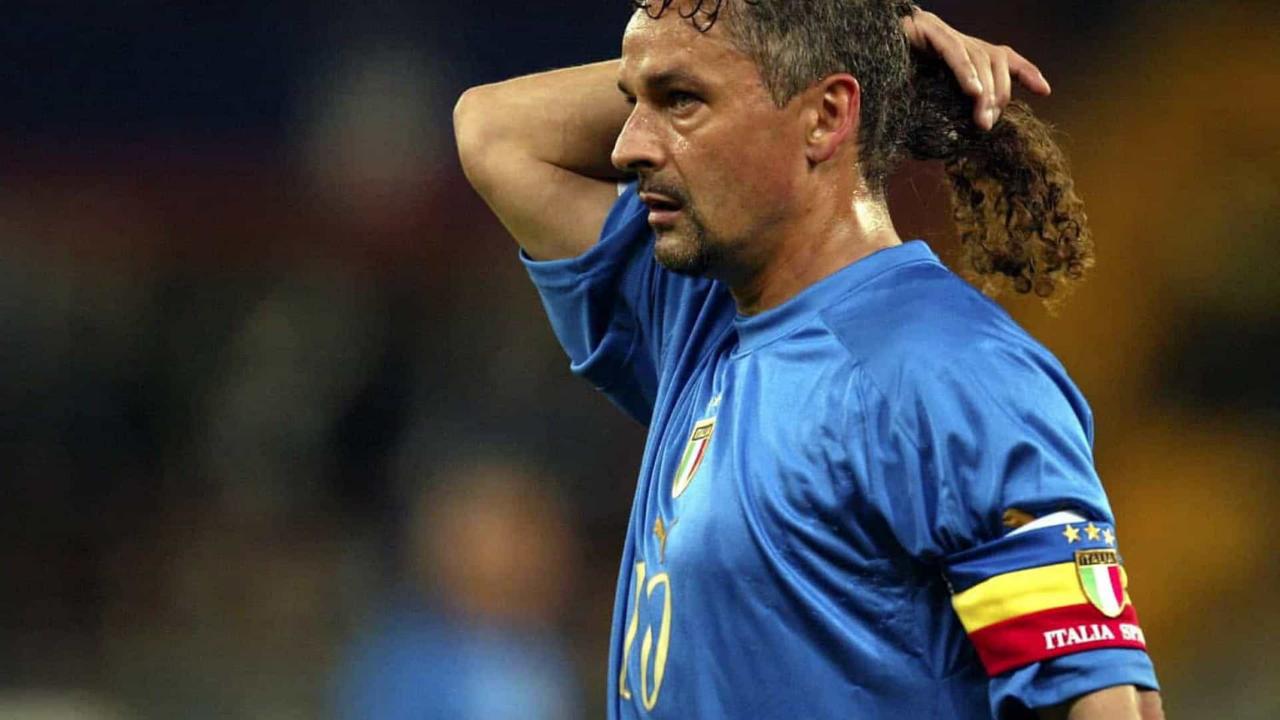 Baggio ajeita o icônico rabo de cavalo. Foto: Reprodução