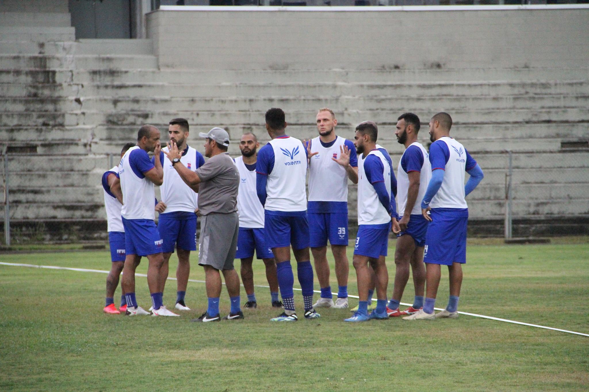 Maurílio orienta elenco durante treino na Vila Capanema. Foto: Rui Santos/Paraná.