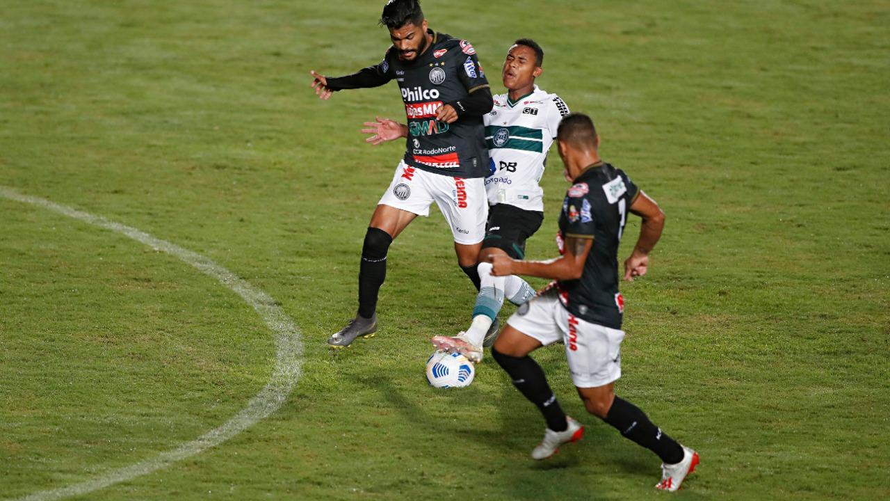 Duelo foi pegado em Joinville, com muitas faltas e cartões.