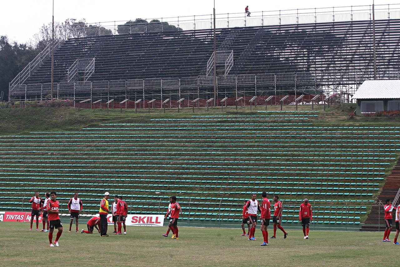 Em 2012, o Athletico mandou jogos no Janguito, que contou com uma arquibancada móvel. Felipe Rosa/Arquivo/Tribuna do Paraná