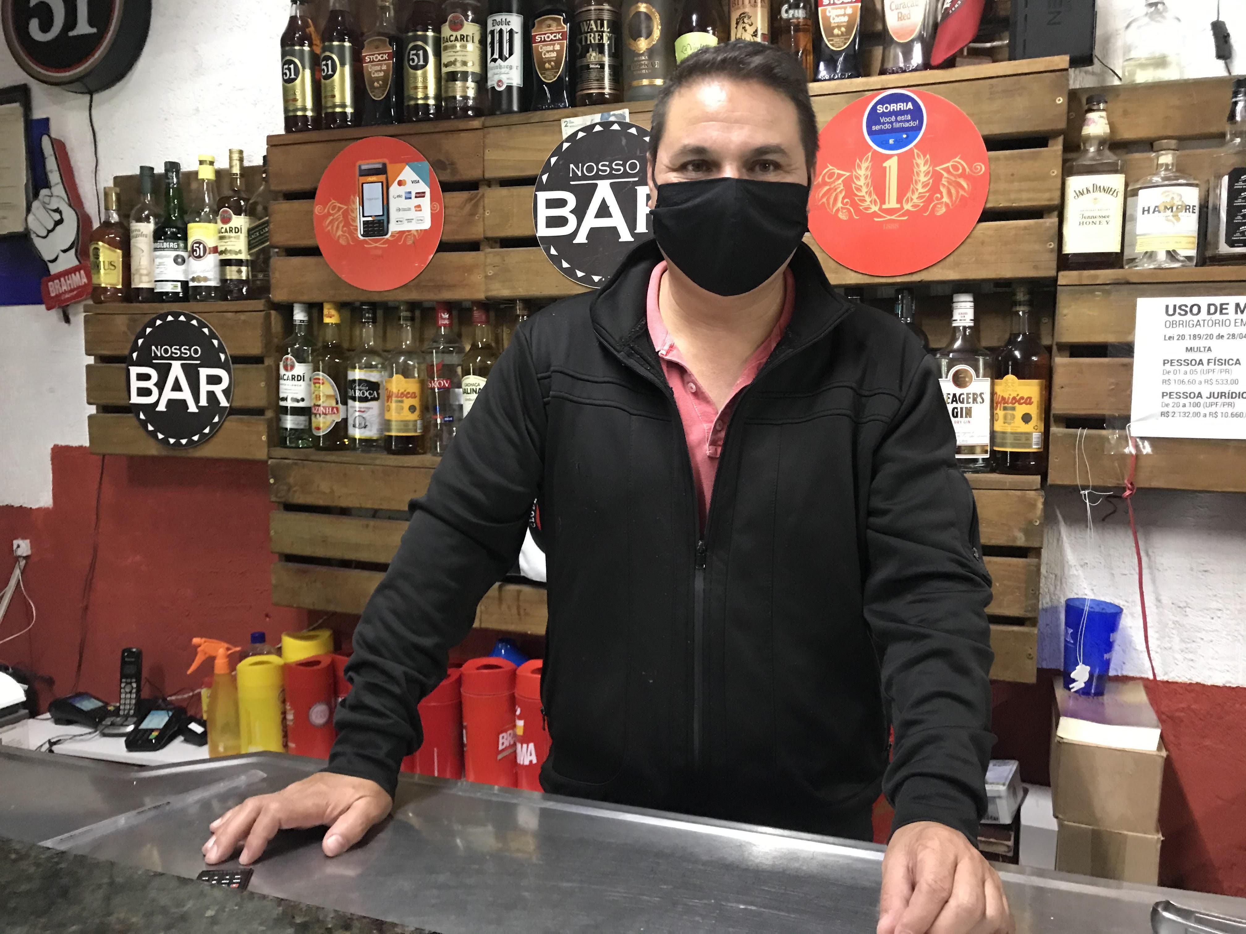 Cléber Veiga, proprietário de comércio em frente à Arena: prejuízo financeiro e sem perspectivas (Foto: Monique Silva)
