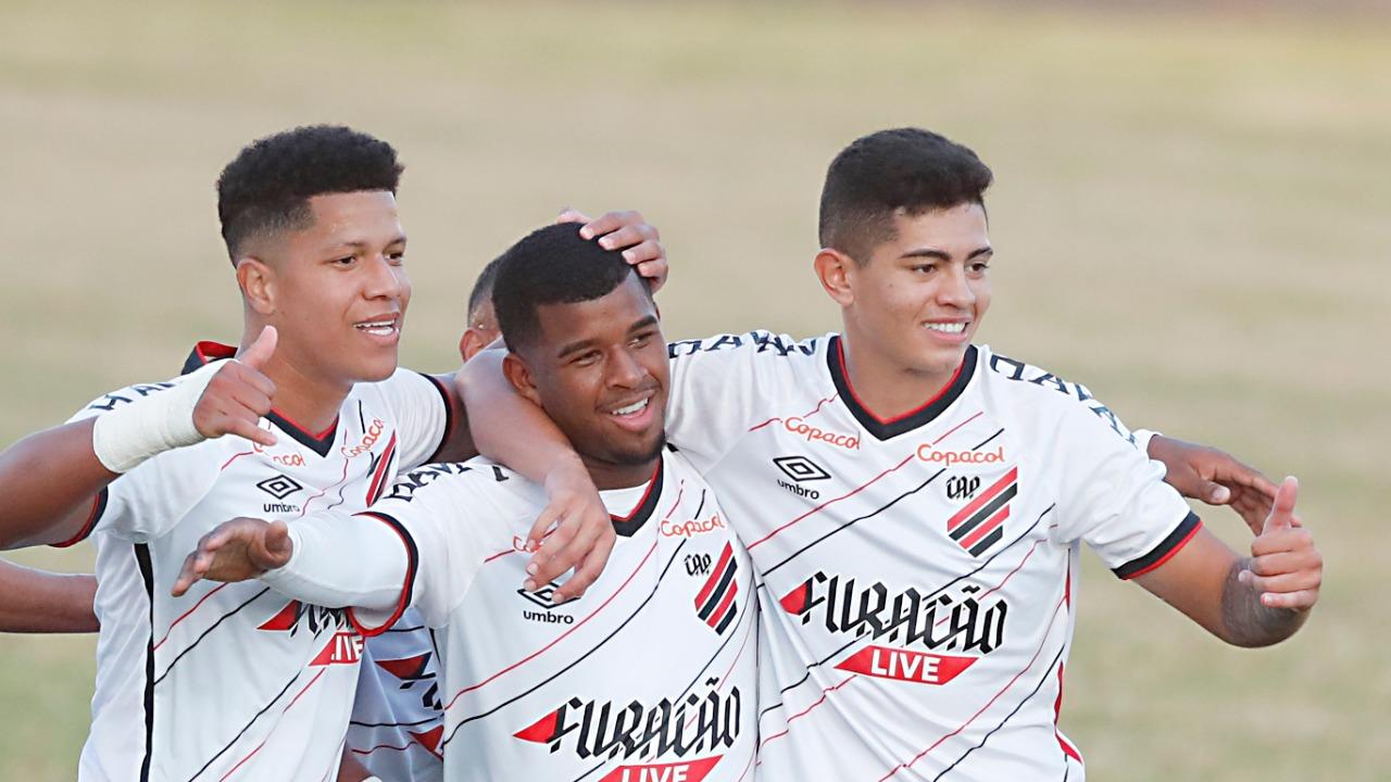 Jáderson (ao centro) comemora gol com Alvarado e Kawan (Foto: Albari Rosa/Foto Digital/UmDois Esportes)