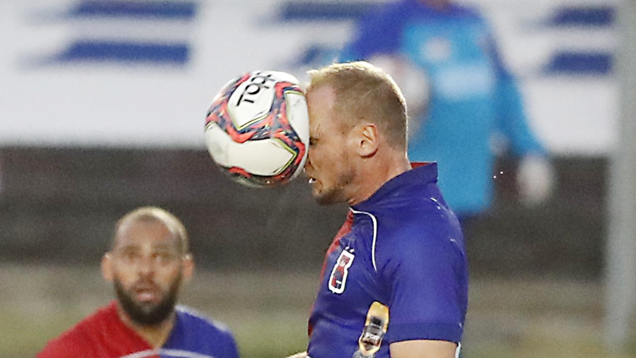 Zagueiro Micael tenta se firmar. Foto: Albari Rosa/Foto Digital/UmDois Esportes