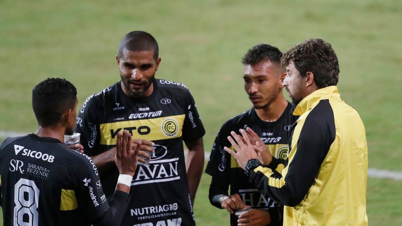 Tcheco orienta os jogadores do FC Cascavel contra o Coritiba