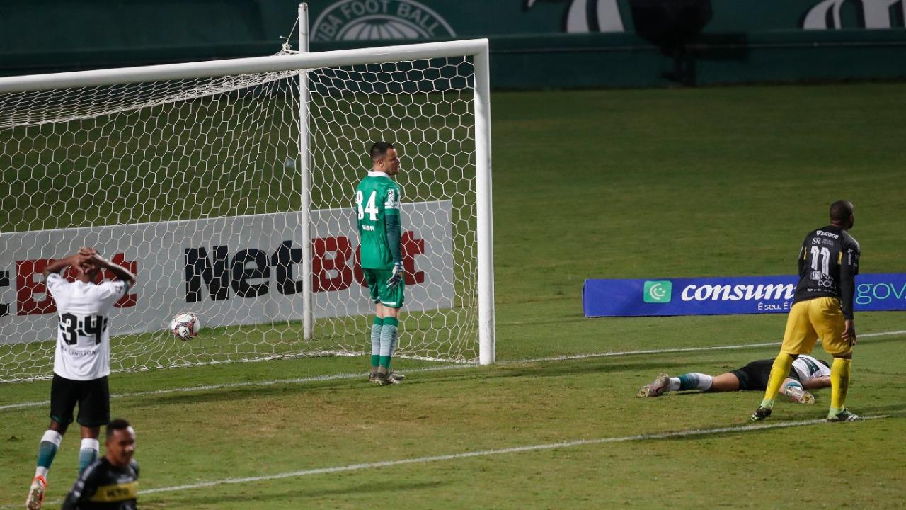 Coritiba abusou dos erros defensivos contra o FC Cascavel (Foto: Albari Rosa/Foto Digital/UmDois Esportes)