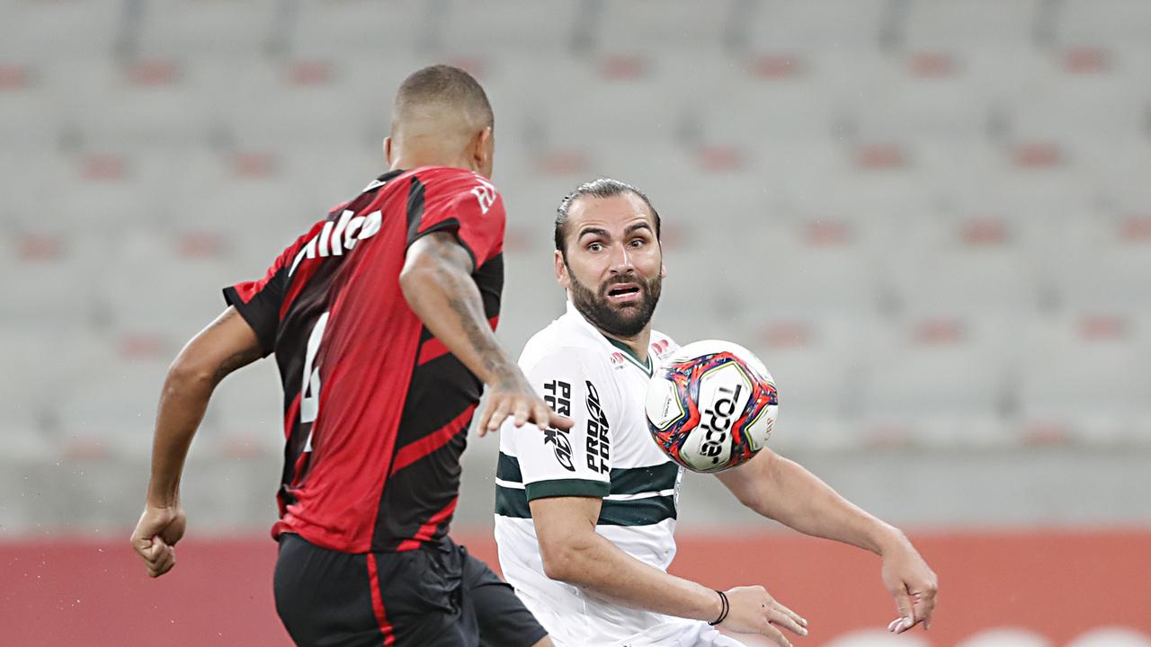 Léo Gamalho foi pouco acionado na Arena.