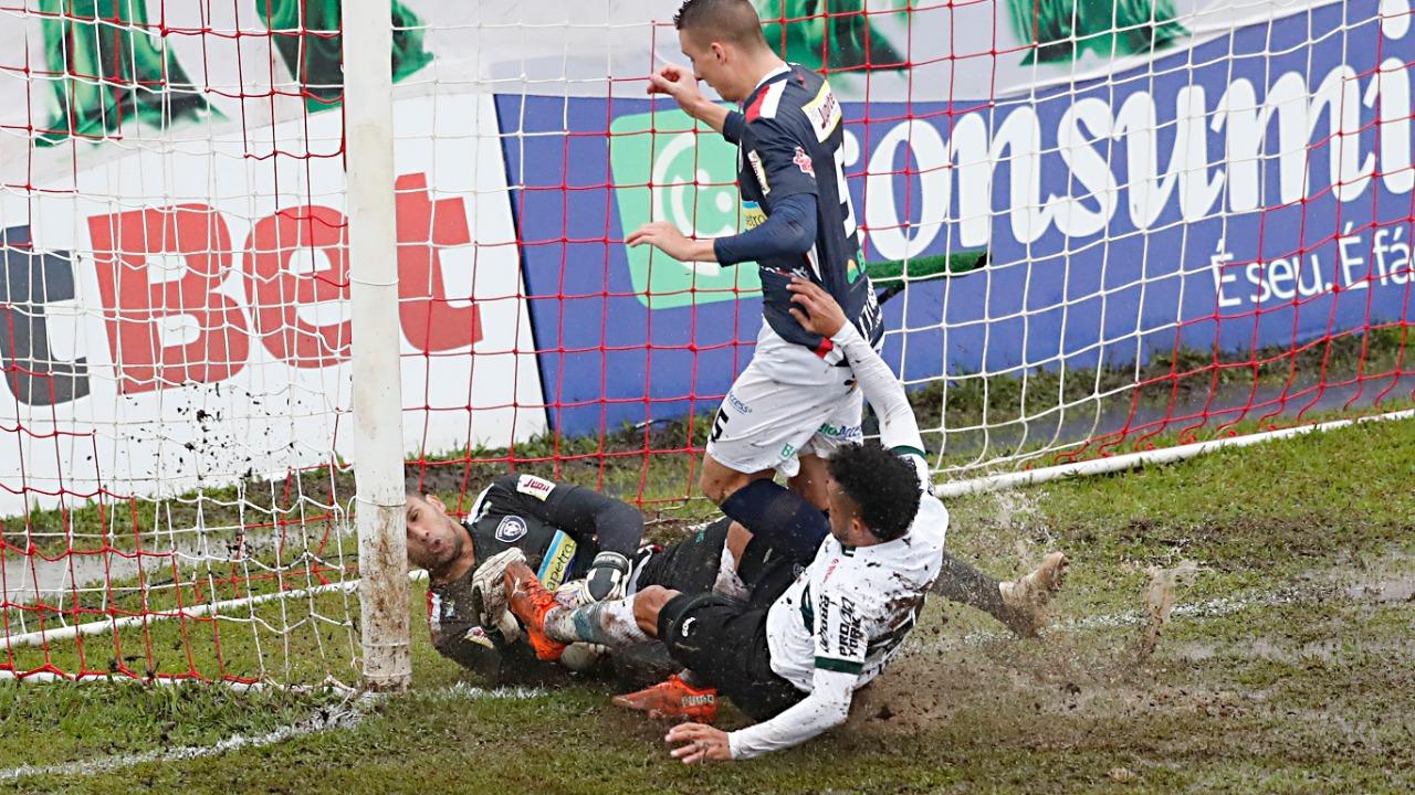 Lance de Cianorte x Coritiba, em que a bola teria entrado no gol