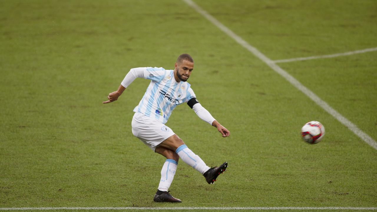 Jogador do Londrina em ação pelo Campeonato Paranaense