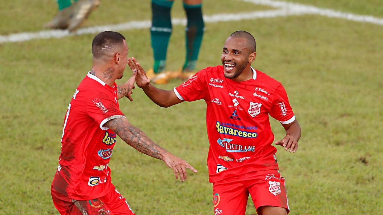 Rio Branco comemora vitória sobre o Coritiba no Paranaense