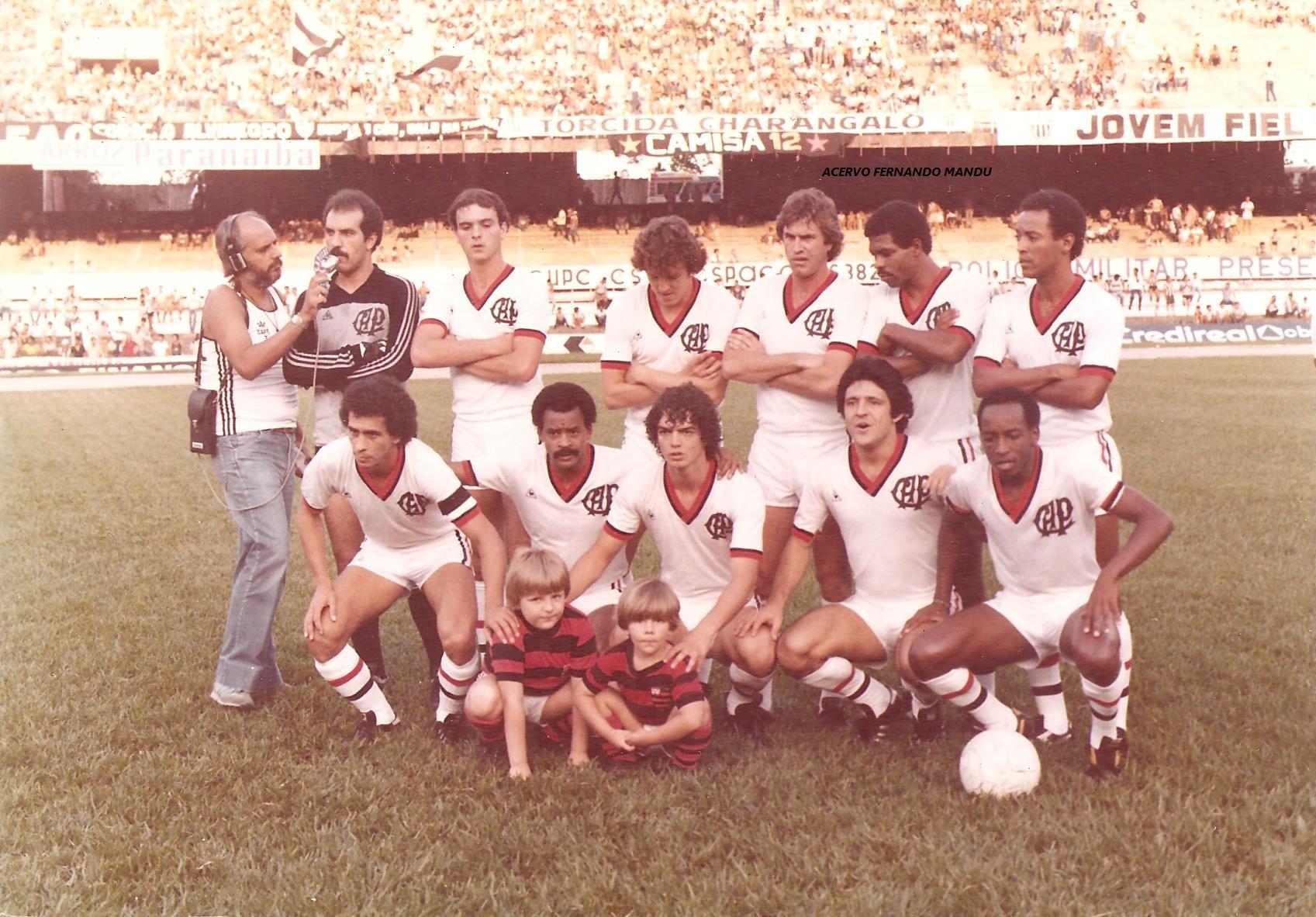 Os irmãos posam com o time do Athletico que enfrentou o Atlético-MG no Mineirão, em 1983 (Arquivo Pessoal)