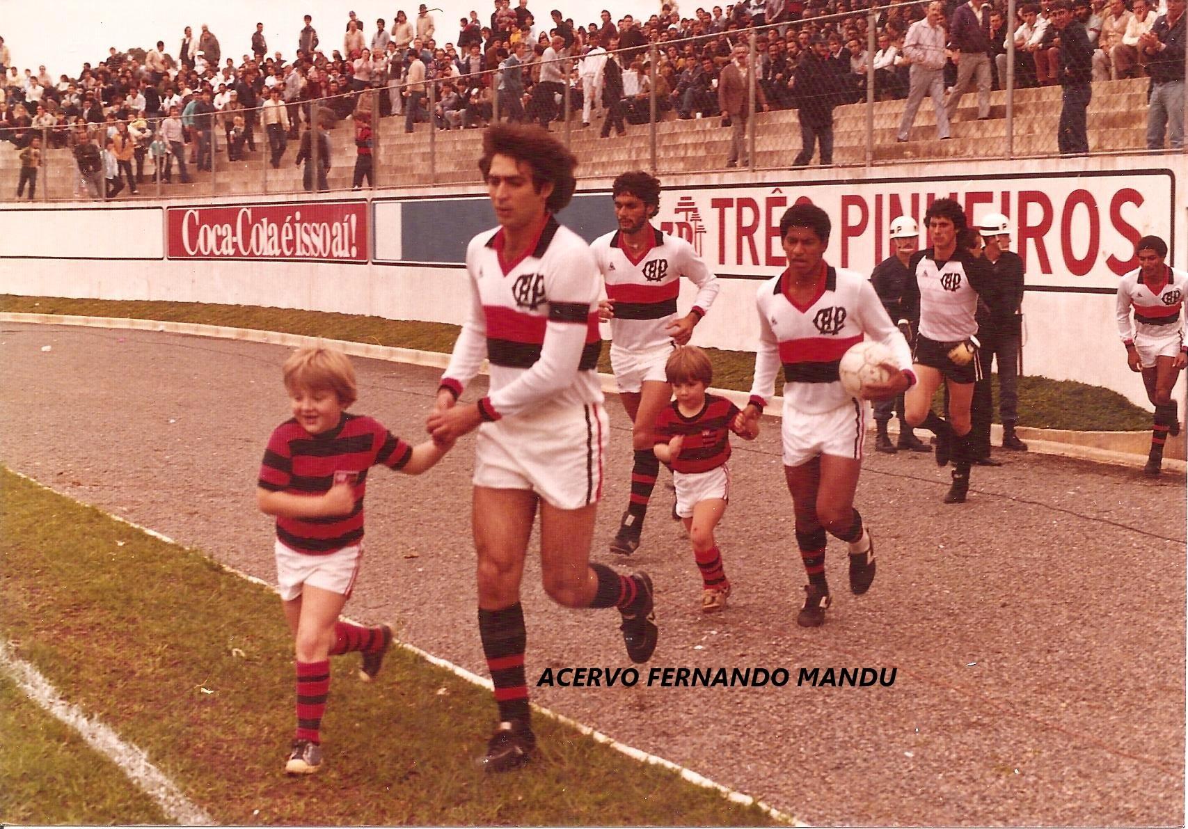 Junior e Luiz Demetrio entrando em campo no Estádio Érton Coelho Queiroz, a Vila Olímpica do Boqueirão (Arquivo Pessoal)