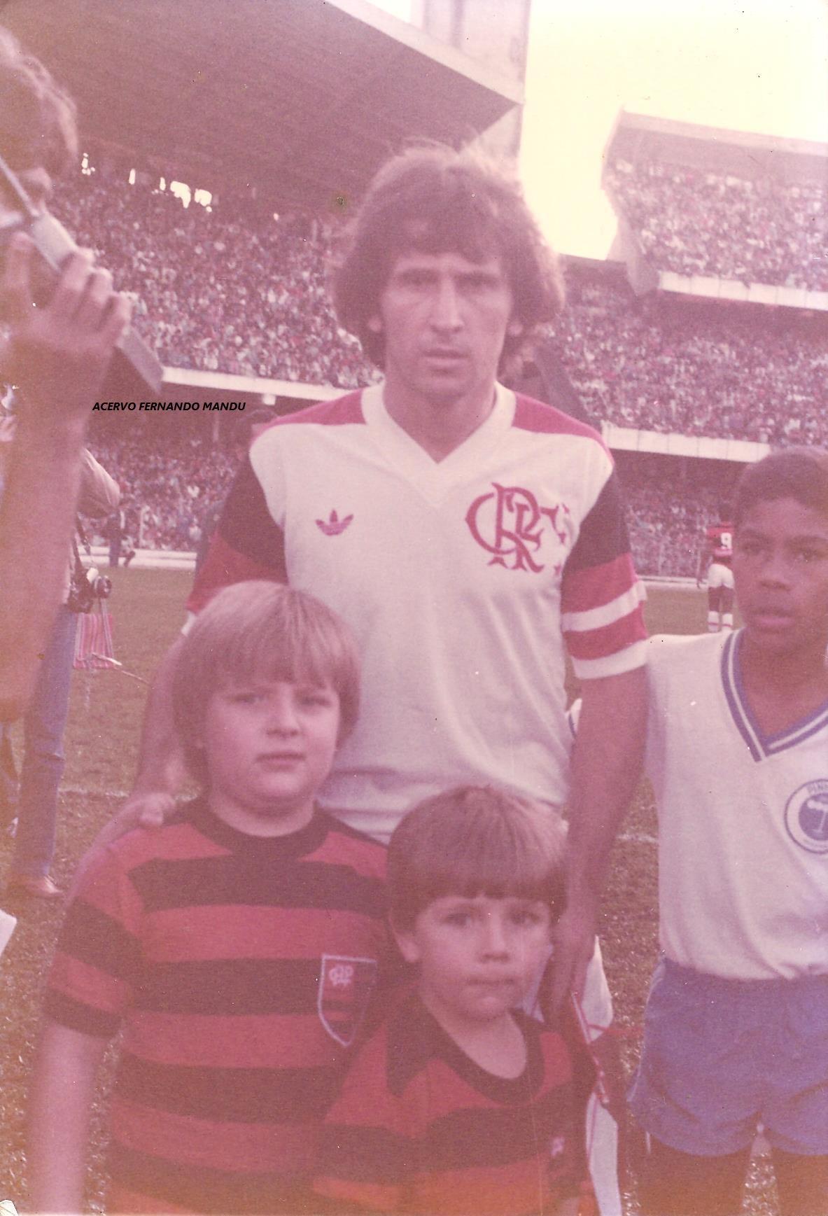Junior e Luiz Demetrio com Zico, no histórico jogo em 83 contra o Flamengo (Arquivo Pessoal)