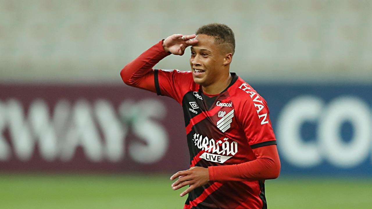 Vitinho se despede com 17 gols em 86 jogos no Furacão