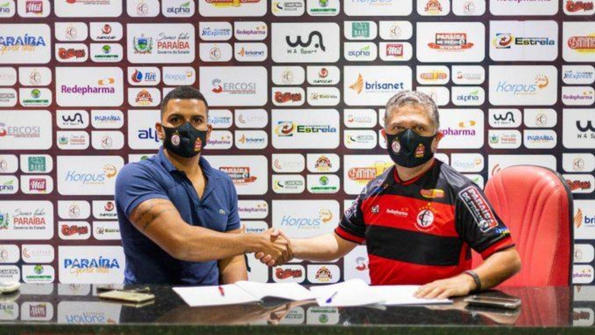 Empresário Fagner da Silva, à esquerda, fecha acordo com Campinense. Foto: Divulgação/Campinense