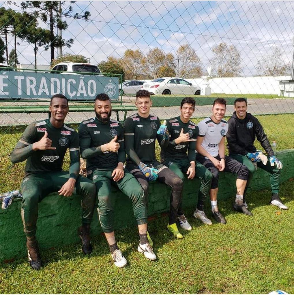 Atual preparador de goleiros da seleção brasileira feminina, Thiago Mehl com os goleiros do Coritiba, em junho de 2019