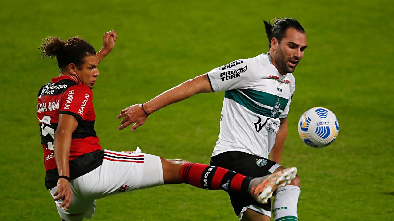 Willian Arão e Léo Gamalho dividem a bola em Coritiba x Flamengo