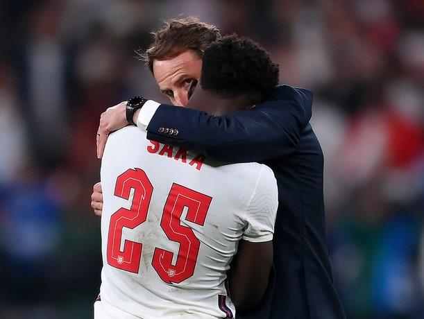 Saka é consolado por Southgate