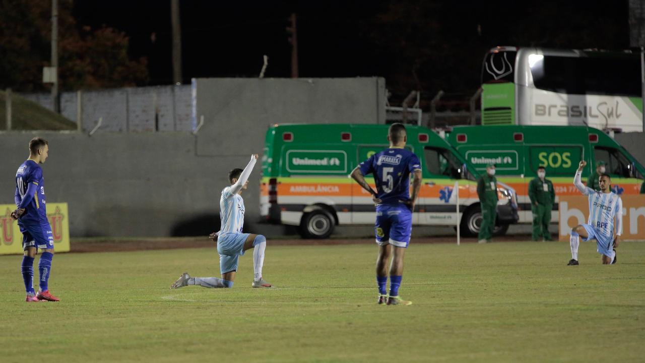 Jogadores do Londrina ajoelhados em apoio ao meia Celsinho