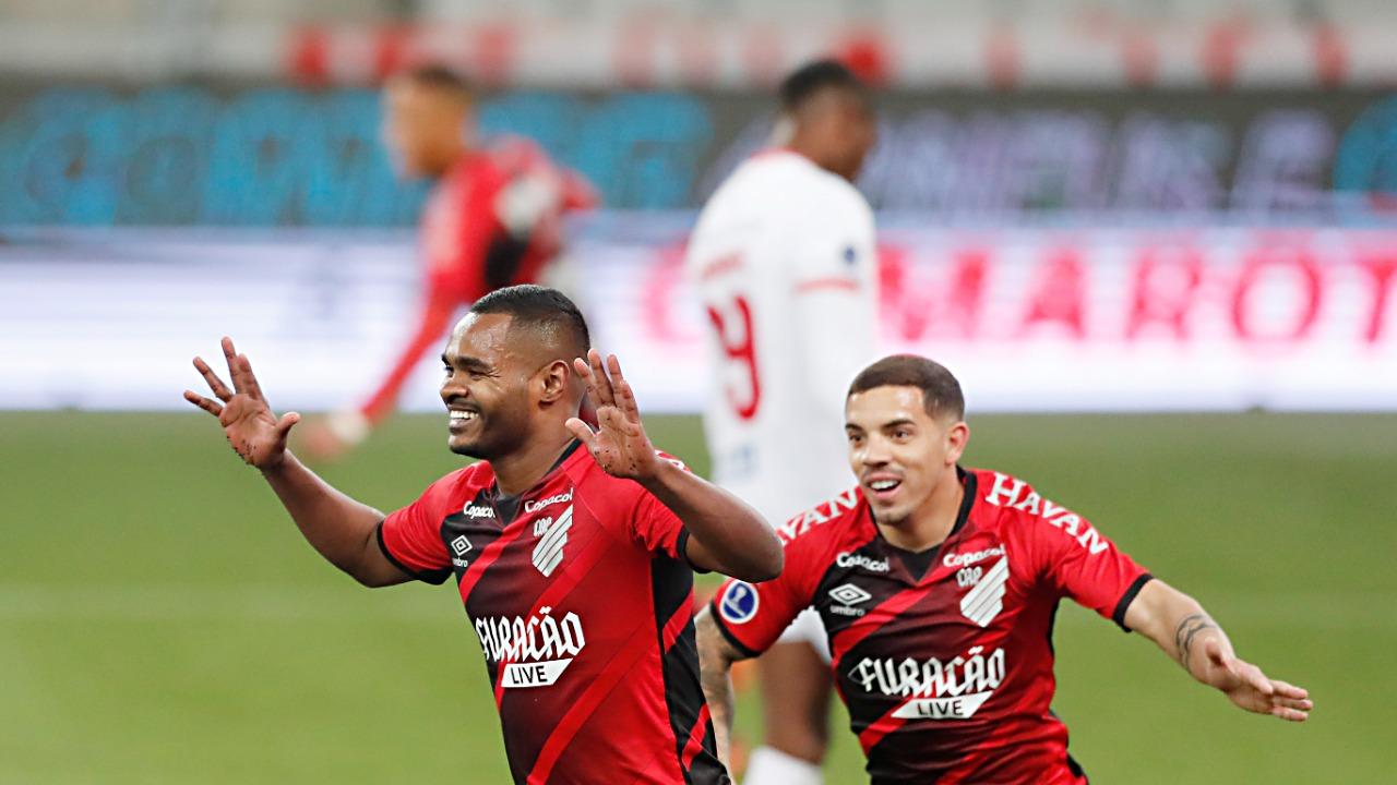 Nikão e David Terans comemoram vitória com goleada e classificação na Sul-Americana
