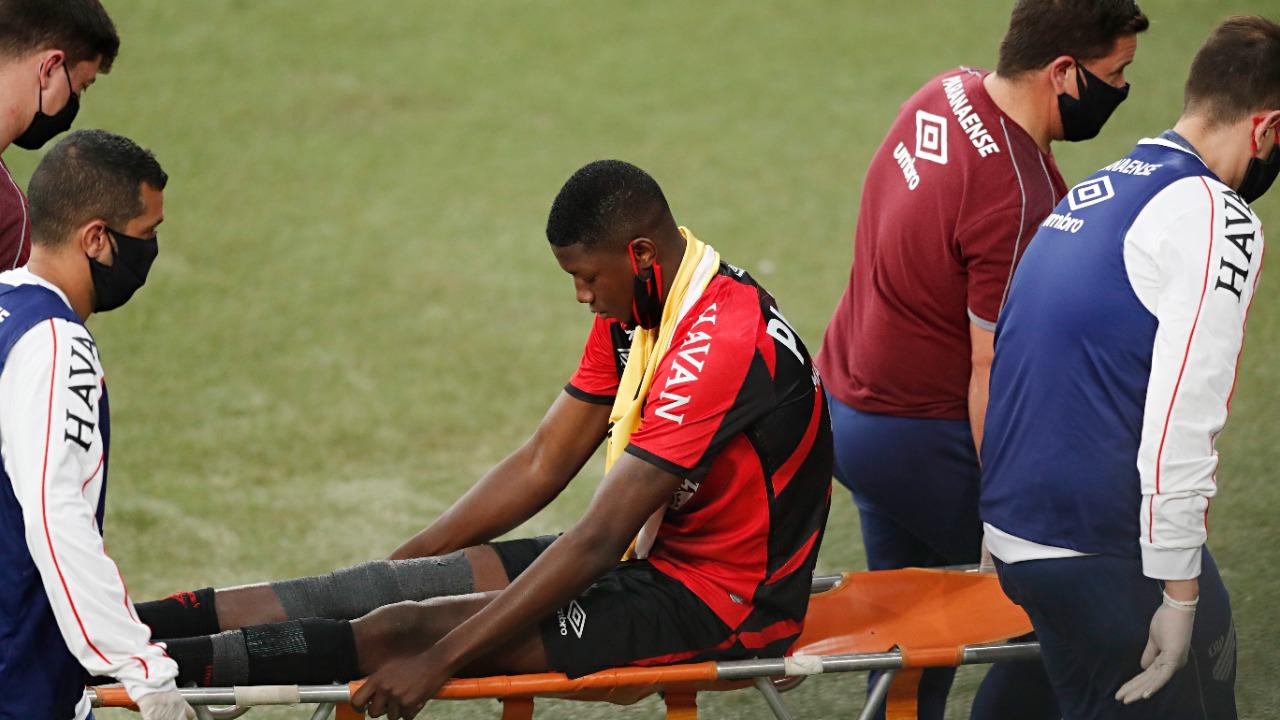 Matheus Babi machucou o joelho contra o Internacional, pelo Brasileirão