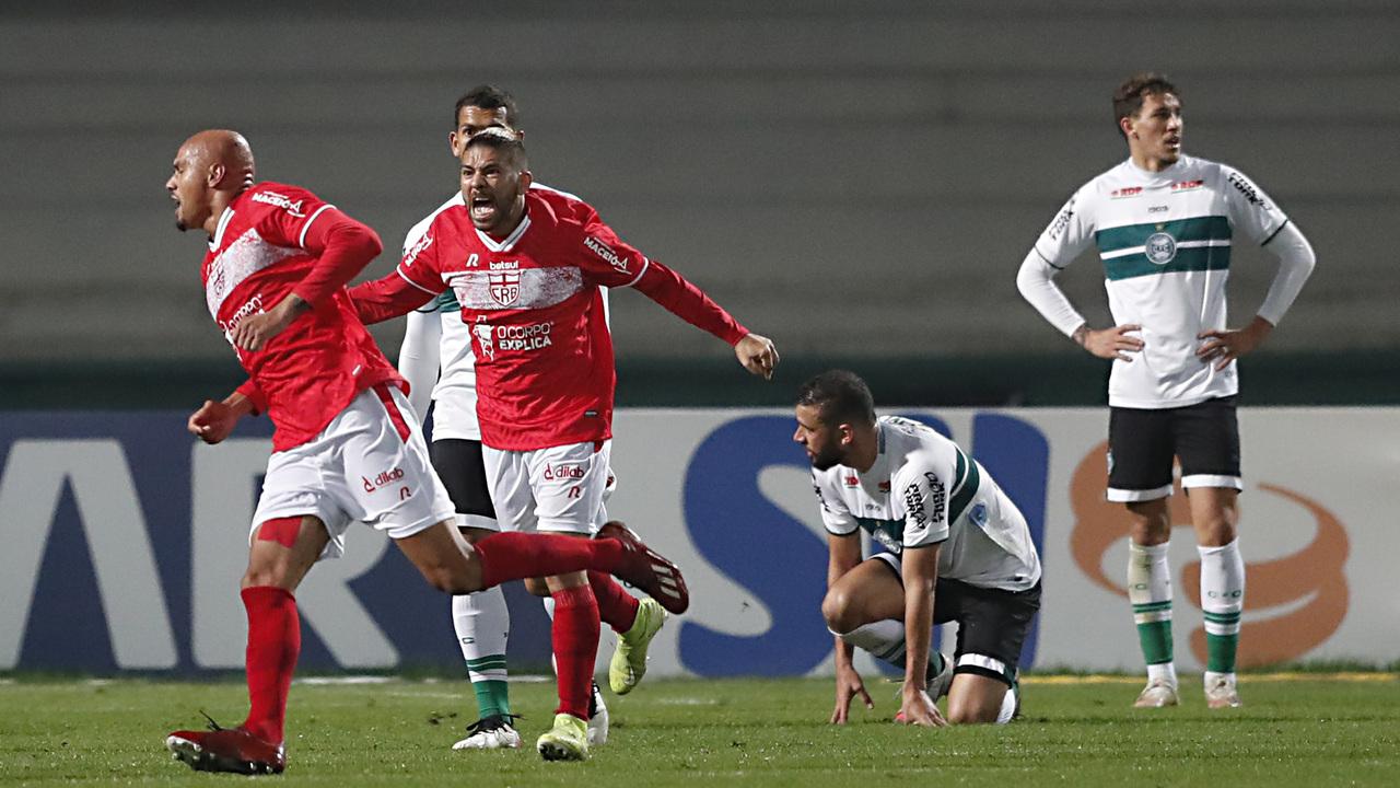 Jogadores do CRB comemoram gol contra o Coritiba pela Série B