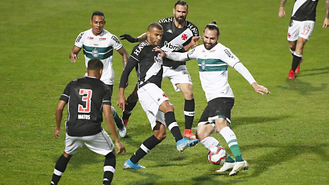 Léo Gamalho, do Coritiba, em ação contra a defesa do Vasco