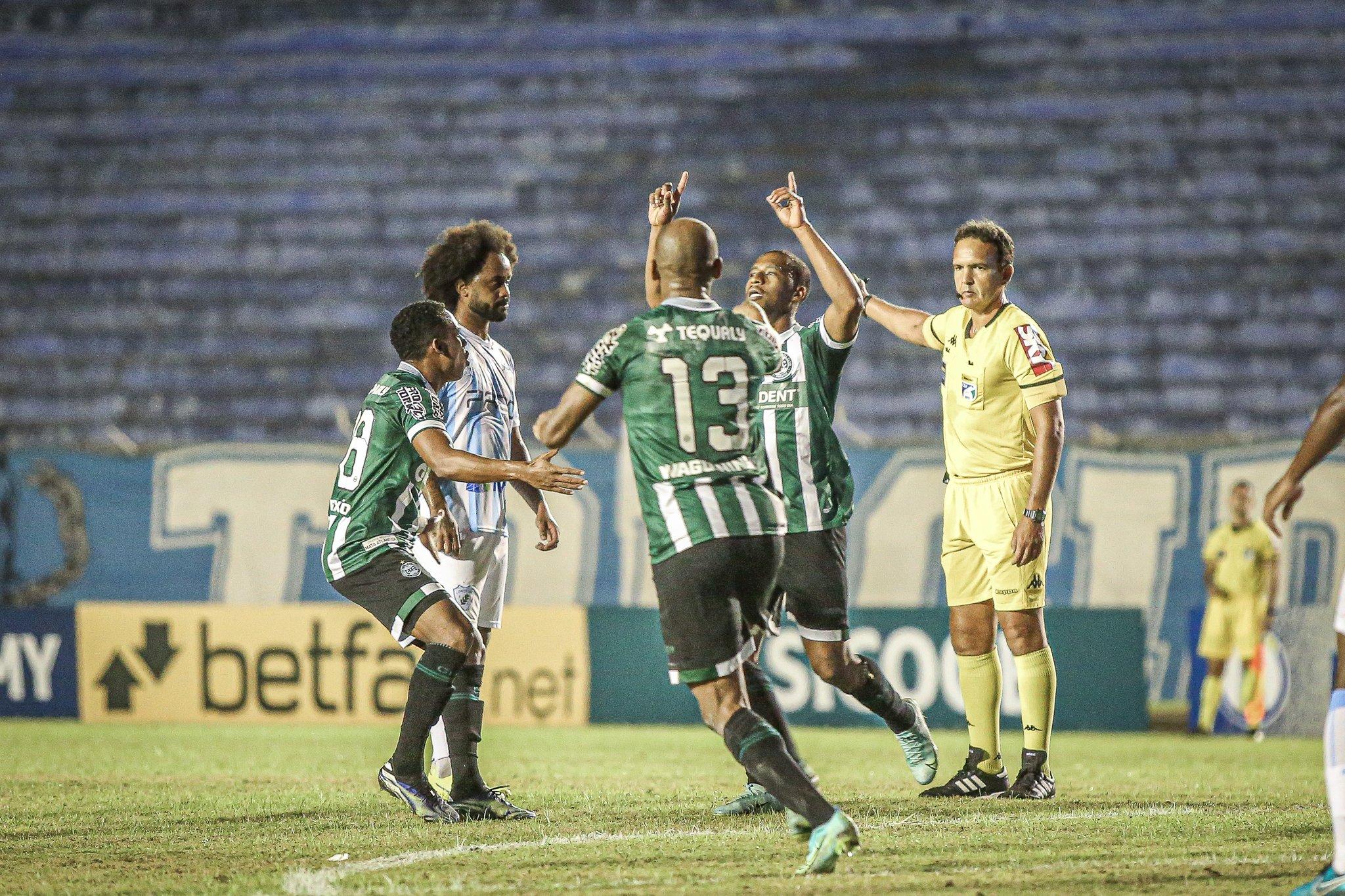 Jogadores do Coritiba comemoram gol contra o Londrina
