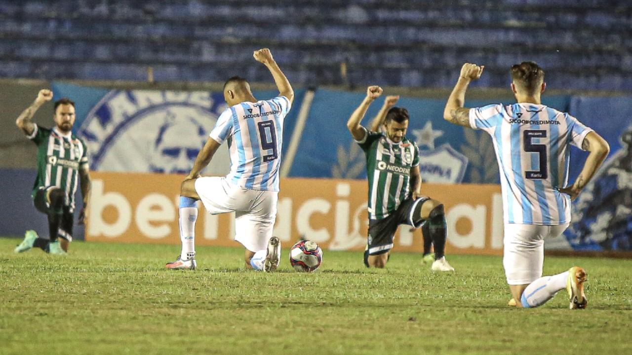 Jogadores de Londrina e Coritiba contra o racismo