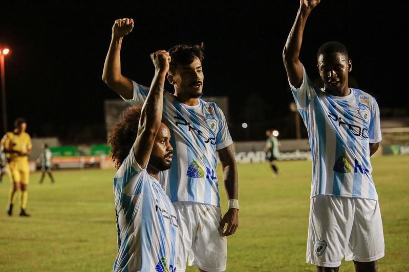 Celsinho comemora gol do Londrina com protesto contra o racismo