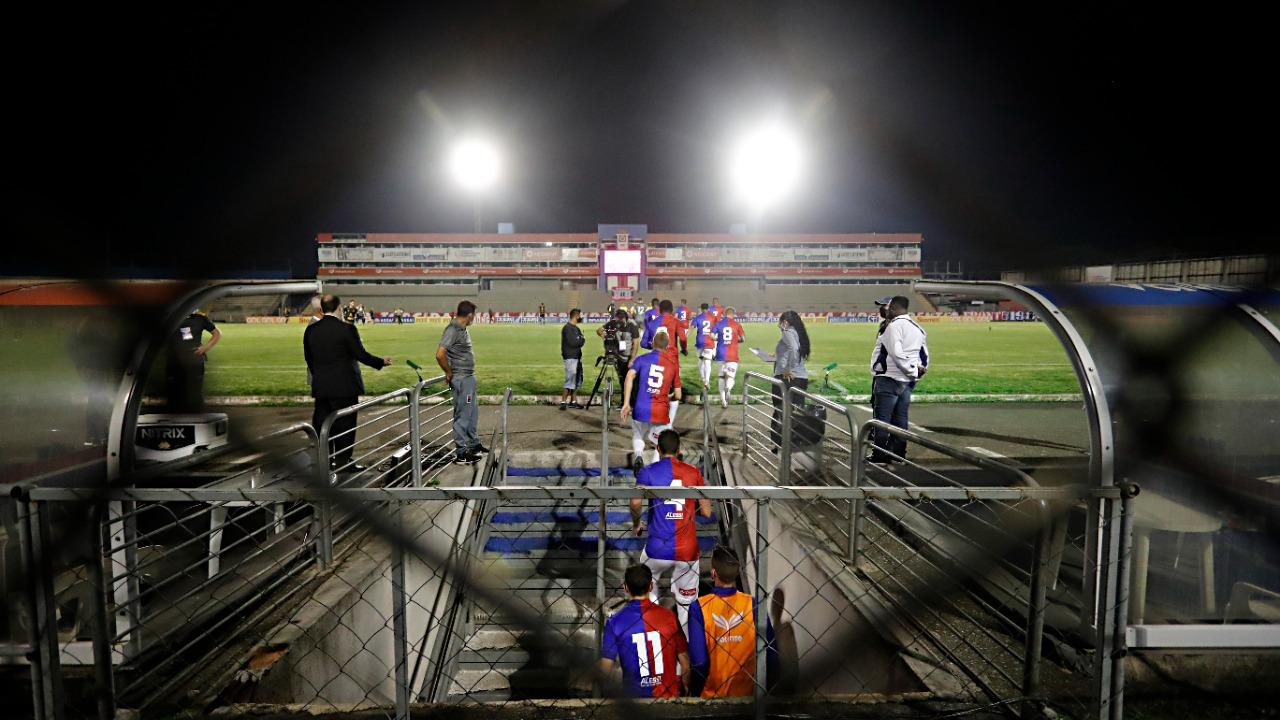 Jogadores do Paraná fizeram protesto antes do jogo