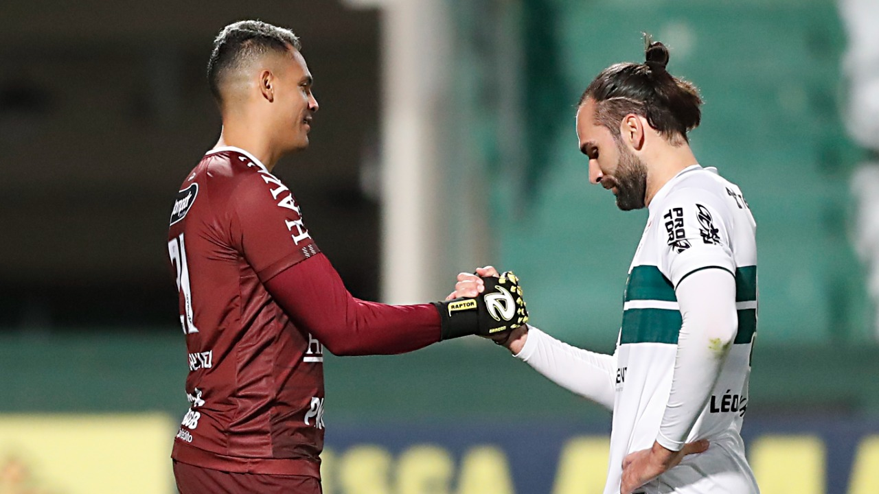 Ruan Carneiro, goleiro do Brusque, defendeu dois pênaltis de Léo Gamalho