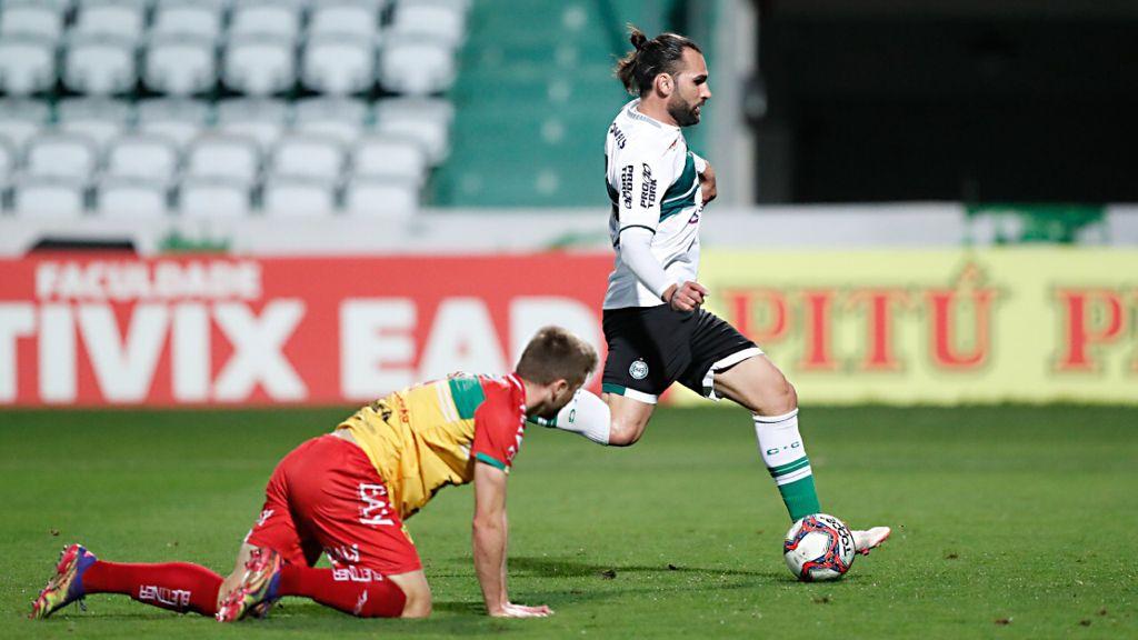 Léo Gamalho em ação contra o Brusque pela Série B