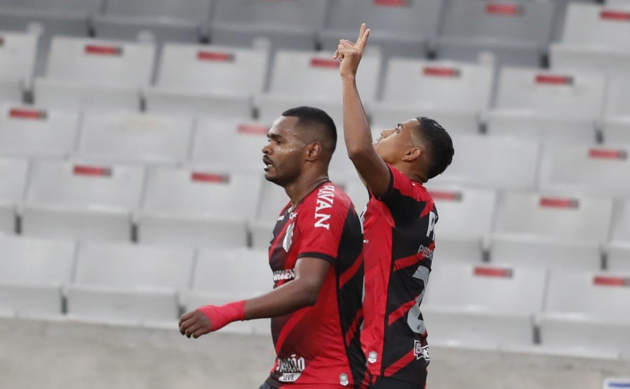 Nikão e Pedro Rocha comemoram gol do Athletico