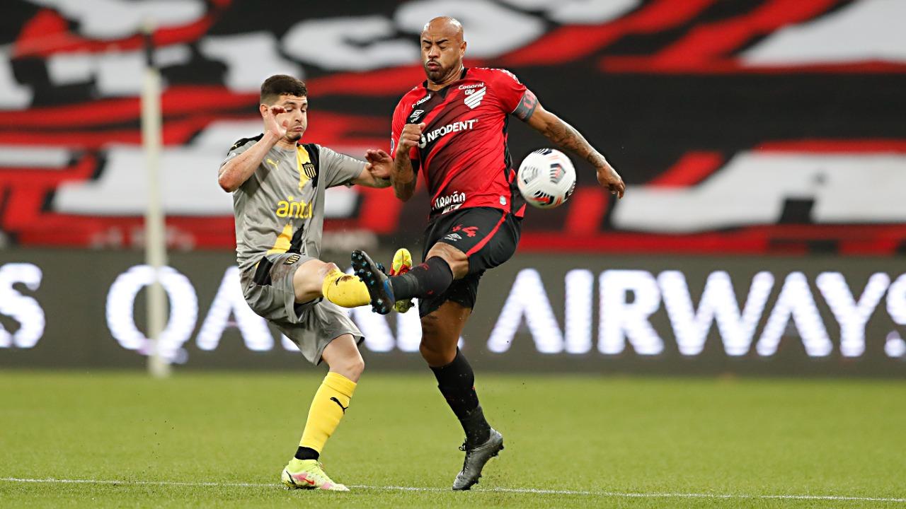 Thiago Heleno em ação contra o Peñarol, pela Sul-Americana