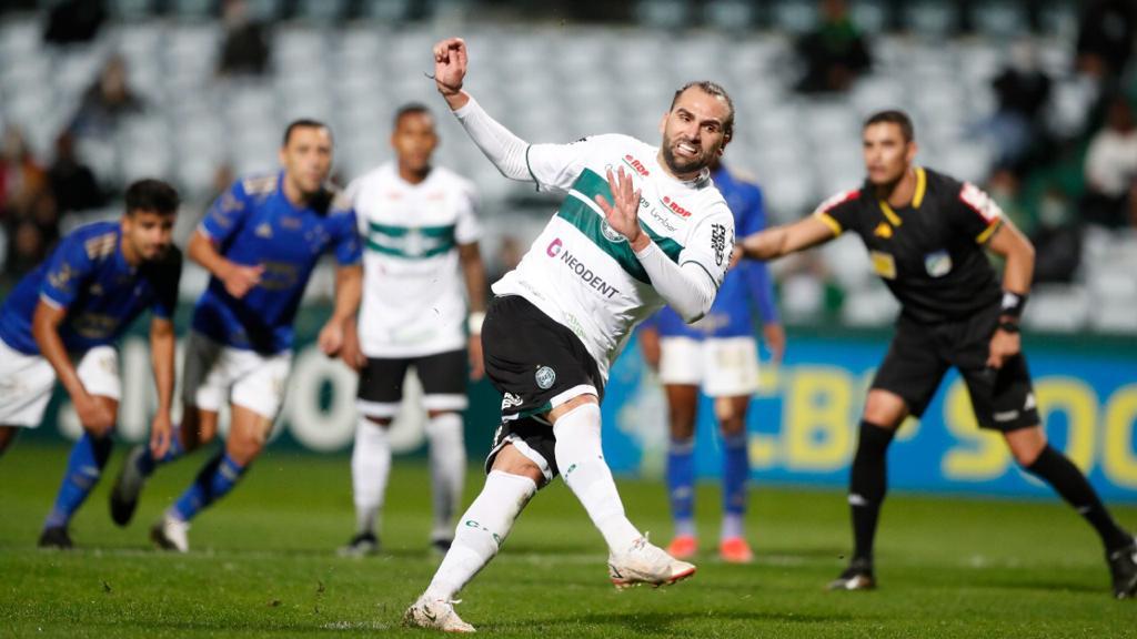 Léo Gamalho desperdiça pênalti