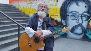 Plá: o músico das ruas de Curitiba conta sua história.