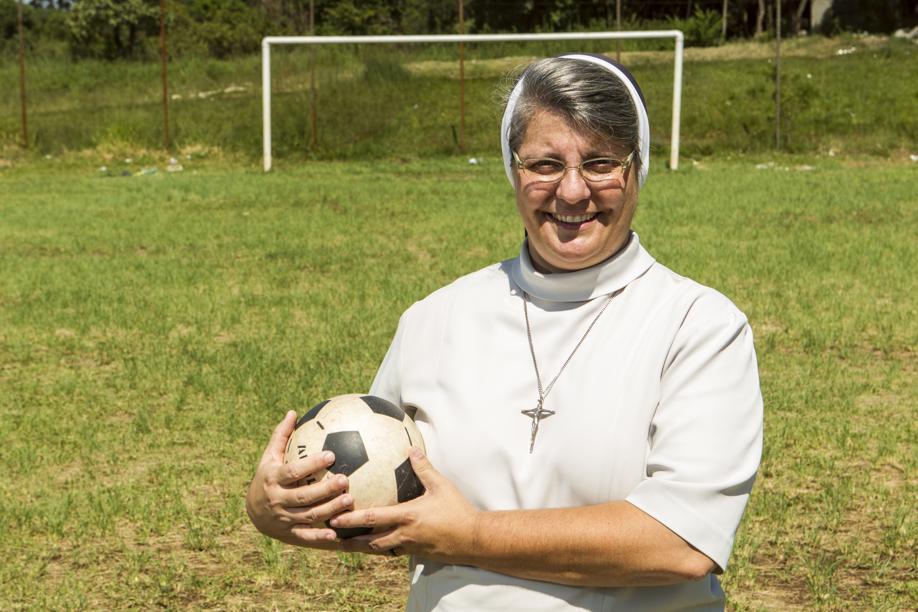 A Irmã Anete Giordani - que joga bola de hábito - ajudou a pacificar a Vila Sabará investindo no futebol. Foto: Marcelo Andrade/Gazeta do Povo